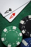 Ein Paar Asse mit einem Stapel von Pokerchips stockbilder