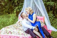 Ein Paar auf Bett in der Wiese stockfotos