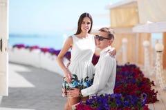 Ein Paar auf einem Datum Schöne, erfolgreiche, glückliche und liebevolle Paare Reisende Liebhaber auf einem sonnigen Erholungsort stockfotografie