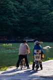 Ein Paar auf Fahrrad bei Arashiyama Stockfoto