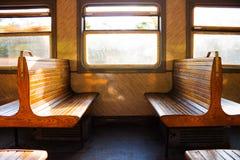 Ein paar Bänke im Zug Stockfoto