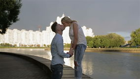 Ein Paar, das an der Flussseite küsst stock video footage