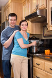 Ein Paar, das in der Küche - Vertikale kocht Stockbilder