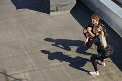Ein Paar, das EMS-Kostüme hocken auf dem Dach trägt stockfotografie