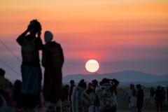 Ein Paar, das Fotos des Sonnenaufgangs auf dem Playa an brennendem Mann 2015 macht Lizenzfreies Stockbild