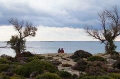 Ein Paar, das heraus zum Meer schaut Stockfotografie