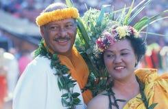 Ein Paar, das polynesische Kostüme trägt lizenzfreies stockbild
