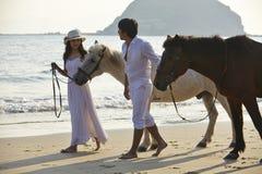 Ein Paar in der Liebe, die auf Strand geht Lizenzfreies Stockfoto