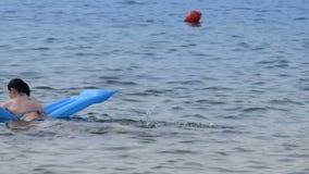 ein Paar in der Liebe, die Spaß im Wasser hat stock video