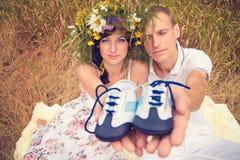 Ein Paar in der Liebe während der Schwangerschaft im Park Stockfotografie