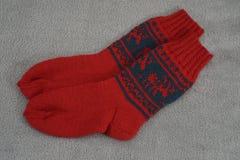 Ein Paar der traditionellen roten Weihnachtssocke mit Rotwild Stockfotografie