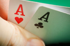 Ein Paar des Pokers der Asse in der Hand stockfotografie