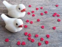 Ein Paar des Vogels mit Stücken Herzen formen Stockfoto