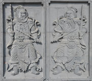 Ein Paar des Ziegelsteines Türgott schnitzend Stockfotografie