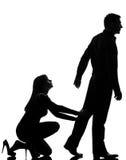 Ein Paar diskutieren das Mannverlassen und Frauenholding Stockfoto