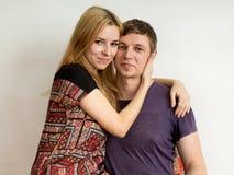 Ein Paar - eine blonde Frau in einem hellen Kleid und in einem Mann im Purpur Lizenzfreie Stockfotografie