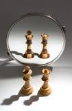 Ein Paar eines weißen Königs und der weißen Königin schaut in einem Spiegel, um sich zu sehen wie ein farbiges Schwarzweiss-Paar Stockbild
