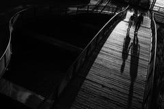 Ein Paar geht über eine kleine Brücke in der Batterie Park City New York City Stockfotografie