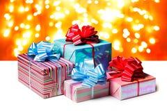 Ein paar Geschenke gebunden mit Blauen und Rotbögen stockfotos