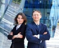 Ein paar Geschäftspersonen in der formalen Kleidung Stockfotos