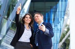 Ein paar glückliche erfolgreiche Geschäftspersonen Stockbild