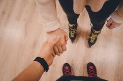 Ein Paar-Händchenhalten lizenzfreie stockbilder