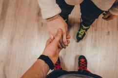 Ein Paar-Händchenhalten lizenzfreies stockfoto