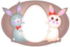 Ein paar Häschen, das Ei hält Stockbilder