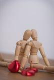 Ein paar hölzerner Puppenmann an den Valentinstagen Liebe miteinander zeigend Stockbild