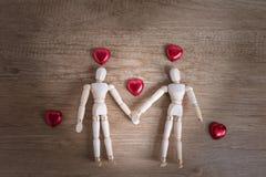 Ein paar hölzerner Puppenmann an den Valentinstagen Liebe miteinander zeigend Stockbilder