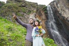 Ein paar Hippie-Liebhaber auf einem Weg in der Natur Stockbild