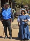 Ein Paar im Blau an der Goldvorkommen-Geisterstadt, Arizona Stockfotos