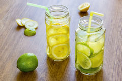 Ein paar kühle Cocktails der frischen Frucht in den Gläsern Stockfoto