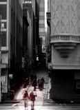 Ein Paar kreuzt eine verkehrsreiche Straße in Melbourne, Australien Lizenzfreie Stockbilder