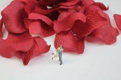 ein Paar-Liebhaber, der auf reizendem Konzept steht Stockbilder