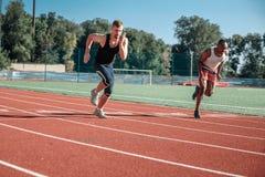 Ein Paar männliche Athleten konkurrieren beim Laufen lizenzfreie stockfotografie