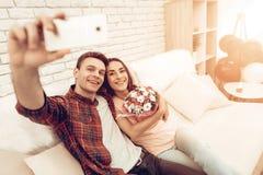 Ein Paar machen ein Selfie an Valentinsgruß ` s Tag stockfotos