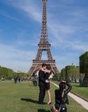 Ein Paar macht ein Foto vor dem Eiffelturm in Paris, Frankreich lizenzfreie stockfotos