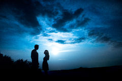 Ein Paar mit dem Mond Lizenzfreies Stockbild
