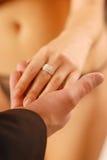 Ein Paar mit einem Ring Lizenzfreie Stockfotos