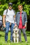 Ein Paar mit ihrem Hund - ein Schlittenhund im Park an einer Hundeshow stockfotos