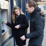 Ein Paar nimmt Geld zurück Stockbilder