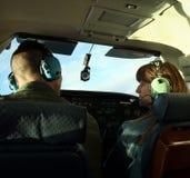 Ein Paar plaudern, während sie ein kleines Flugzeug steuern Lizenzfreies Stockbild