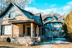 Ein paar ` s Earl Young Pilz-Häuser in Charlevoix Michigan lizenzfreie stockfotos