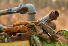 Schmutzige Bau-Handschuhe auf schwerer Ausrüstung Lizenzfreie Stockfotos