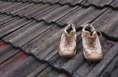 Ein Paar Schuhe auf dem Dach Lizenzfreie Stockfotos