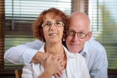 Ein paar Senioren, die Kamera betrachten Lizenzfreies Stockfoto