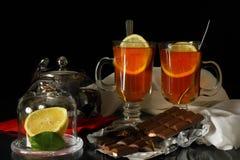 Ein paar Tee mit Schokolade und Zitrone Lizenzfreie Stockfotografie
