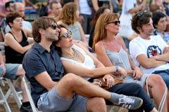Ein Paar vom Publikum passen einen Bekehrten bei Vida Festival auf Lizenzfreies Stockfoto