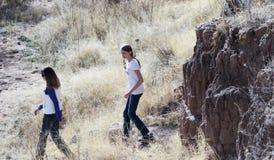 Ein Paar Wanderer bei Murray Springs Clovis Site Stockfotografie
